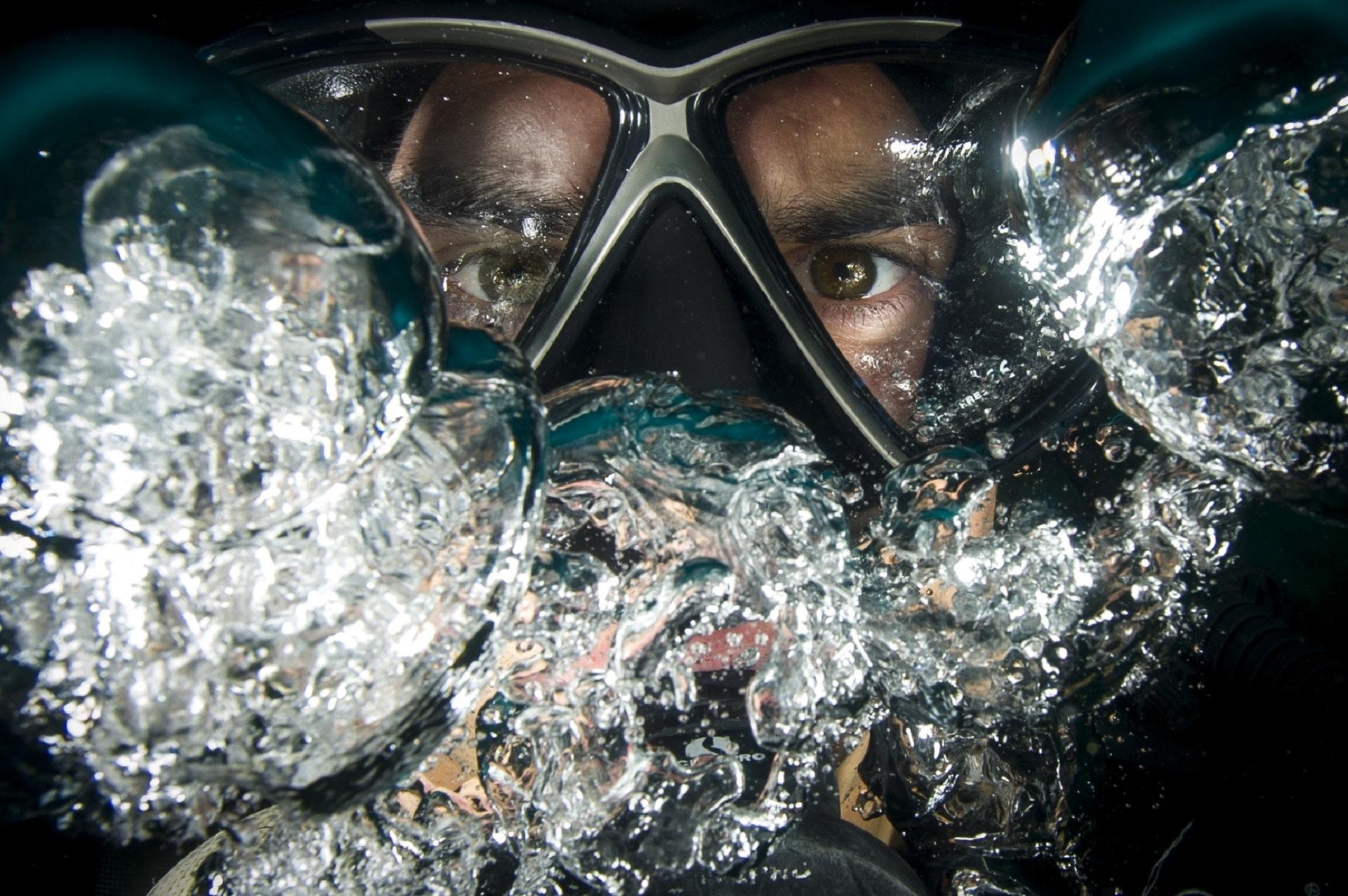 dive-diver-eyes-37545